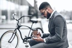 Internet bel de lecture rapide d'homme d'affaires pendant la pause-café photographie stock
