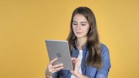 Internet bonito de la ojeada de la mujer, usando la tableta almacen de metraje de vídeo