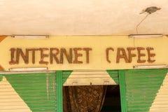 Internet Cafee-Zeichen über Eingang Stockbilder