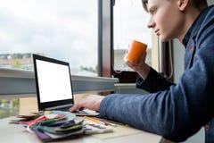 Internet che naviga il progettista praticante il surfing di informazioni di web fotografia stock libera da diritti
