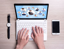 Internet-concept - hoogste mening van vrouwelijke handen die laptop op met behulp van royalty-vrije stock fotografie