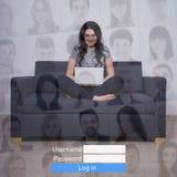 Internet-concept - vrouw met laptop in sociaal netwerk royalty-vrije stock foto's