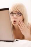Internet da consultação da jovem mulher Foto de Stock