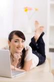 Internet da consultação da mulher Fotografia de Stock