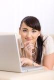 Internet da consultação da mulher Imagens de Stock