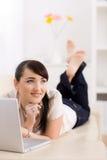 Internet da consultação da mulher Fotografia de Stock Royalty Free