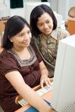 Internet da consultação da mulher gravida e do amigo Fotos de Stock