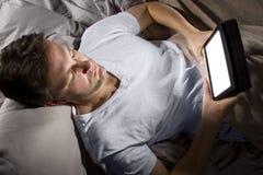 Internet da consultação tarde na noite foto de stock