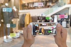 Internet das coisas que introduzem no mercado conceitos, realidade aumentada esperta, cliente para guardar o telefone celular par fotografia de stock