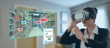 Internet das coisas que introduzem no mercado conceitos, realidade aumentada esperta, vidros virtuais do uso do cliente para pedi foto de stock royalty free