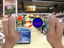 Internet das coisas que introduzem no mercado o concpet, o uso da loja que geofencing para text a mensagem ao cliente para o preç fotos de stock
