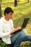 Internet, das im Park plaudert stockfoto