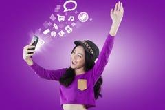 Internet de acceso de la muchacha emocionada con smartphone Imagen de archivo libre de regalías
