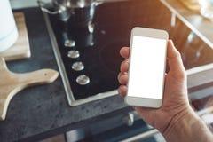 Internet de cosas, mofa del smartphone encima de la pantalla fotos de archivo libres de regalías
