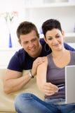 Internet de couples de furetage à la maison Photo stock