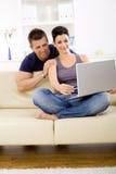 Internet de couples de furetage à la maison Image libre de droits