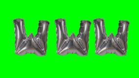 Internet de la web de WWW de la palabra de las letras de plata del globo del helio que flotan en la pantalla verde - almacen de metraje de vídeo