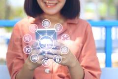 Internet de las cosas IoT, foco suave de la mujer que usa el teléfono elegante fotos de archivo libres de regalías