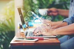 Internet de las cosas IoT, hombre de negocios usando el ordenador portátil y ilustración del vector