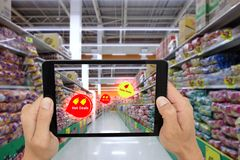 Internet de las cosas que comercializan los conceptos, realidad aumentada elegante, control del cliente la tableta para ver el pr fotos de archivo