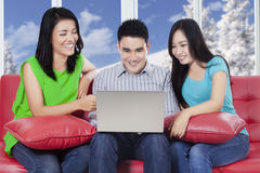 Internet de lecture rapide de personnes en ligne avec l'ordinateur portable Images stock