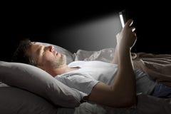 Internet de lecture rapide tard la nuit photos stock