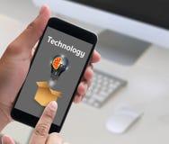 Internet-de Technologieideeën denken buiten Doos, zakenmanhand w Royalty-vrije Stock Afbeelding