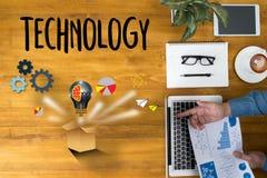 Internet-de Technologieideeën denken buiten Doos, zakenmanhand w Stock Afbeeldingen