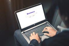 Internet de travail sur l'ordinateur portable photographie stock libre de droits
