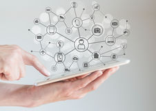 Internet del concepto de las cosas (IoT) con las manos masculinas que sostienen la tableta o el teléfono elegante grande Fotos de archivo libres de regalías