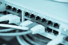 Internet del servidor conectado con los cables LAN imágenes de archivo libres de regalías