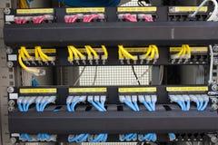 Internet del servidor del estante conectado con los cables LAN Imagen de archivo libre de regalías