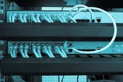 Internet del servidor del estante conectado con los cables LAN foto de archivo libre de regalías