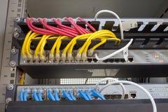 Internet del servidor del estante conectado con los cables LAN imágenes de archivo libres de regalías
