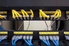 Internet del servidor del estante conectado con los cables LAN imagenes de archivo