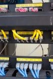 Internet del servidor del estante conectado con los cables LAN fotos de archivo libres de regalías