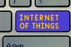 Internet del testo della scrittura delle cose Il collegamento di significato di concetto dei dispositivi alla rete da inviare ric immagini stock
