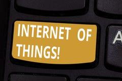 Internet del texto de la escritura de cosas Interconexión del significado del concepto vía el teclado integrado dispositivos comp imágenes de archivo libres de regalías