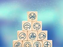 Internet delle cose caratterizza l'icona sulla piramide di legno del cubo con sfuocatura b Fotografie Stock Libere da Diritti
