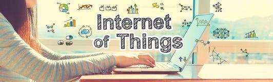 Internet delle cose con la donna che lavora ad un computer portatile immagini stock