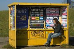 Internet des Gebrauches der jungen Frau auf beweglichem, die Niederlande stockbild