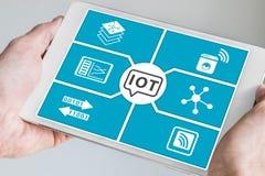 Internet des Konzeptes der Sachen (IoT) Hand, die modernen Smartphone hält Lizenzfreie Stockfotos