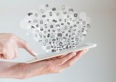 Internet des Konzeptes der Sachen (IoT) mit den Händen, die Tablette halten Stockfotografie
