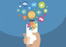 Internet des Konzeptes der Sachen/IOT Vector die Illustration der Hand modernen Einfassung-freien/frameless Smartphone mit Ikonen lizenzfreie abbildung