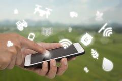 Internet des Sachenlandwirtschaftskonzeptes, intelligentes, industrielle Landwirtschaft, Landwirtgebrauchstechnologie herein bewi lizenzfreies stockbild