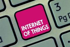 Internet des textes d'écriture des choses Connexion de signification de concept des dispositifs au filet aux données d'émission-r photographie stock libre de droits