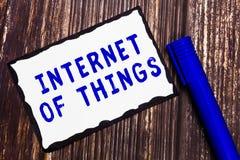 Internet des textes d'écriture de Word des choses Concept d'affaires pour la connexion des dispositifs au filet aux données d'émi image libre de droits
