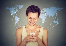 Internet di lettura rapida collegato smartphone felice della tenuta dell'uomo Immagini Stock