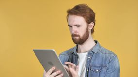 Internet di lettura rapida dell'uomo della testarossa sulla compressa stock footage