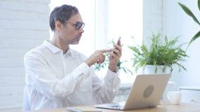 Internet di lettura rapida dell'uomo sullo smartphone video d archivio